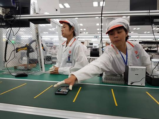 Tận mắt ngắm dây chuyền sản xuất điện thoại Vsmart của Vingroup - Ảnh 4.