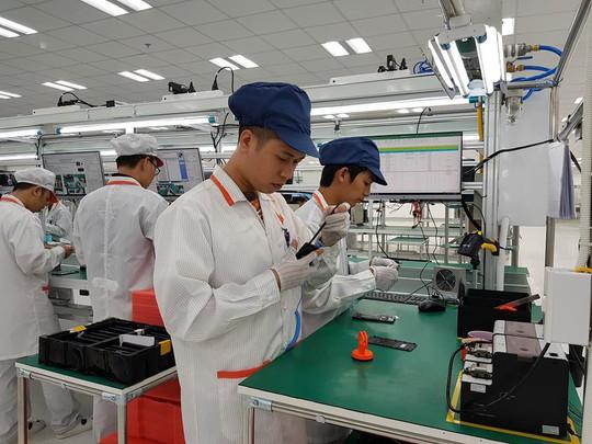 Tận mắt ngắm dây chuyền sản xuất điện thoại Vsmart của Vingroup - Ảnh 9.