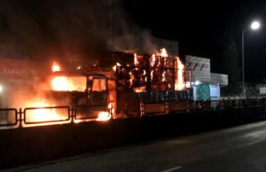Xe tải bất ngờ bốc cháy dữ dội trên Quốc lộ 1 - Ảnh 1.