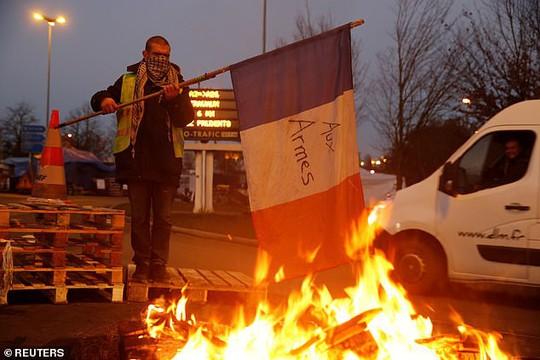 Chính phủ Pháp sớm nhượng bộ người biểu tình - Ảnh 2.