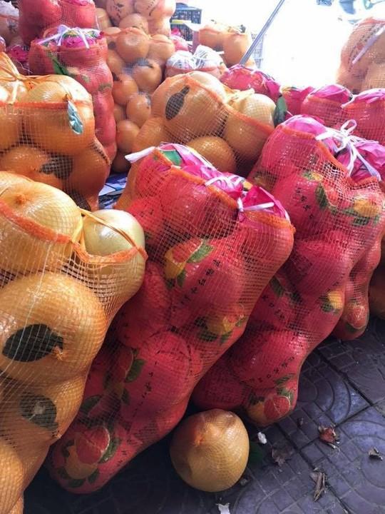 Bưởi Trung Quốc khổng lồ, vỏ vàng bóng tràn về chợ Việt - Ảnh 3.