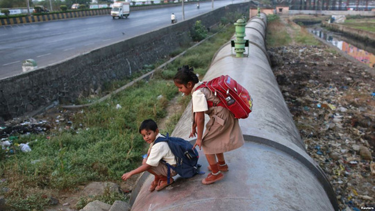 Ấn Độ: Học sinh tiểu học không mang cặp sách quá 3 kg - Ảnh 1.