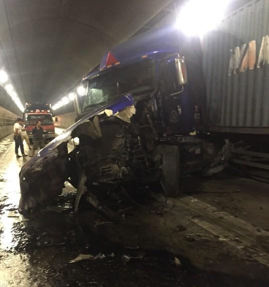 Quốc lộ 1 qua hầm Hải Vân tê liệt sau tai nạn giữa xe đầu kéo và xe tải - Ảnh 1.