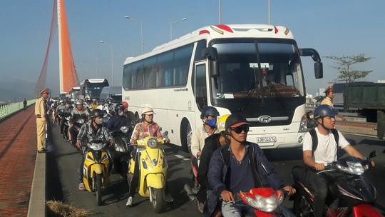 Lật xe tải trên cầu Trần Thị Lý, gây ách tắc giao thông cả giờ - Ảnh 2.