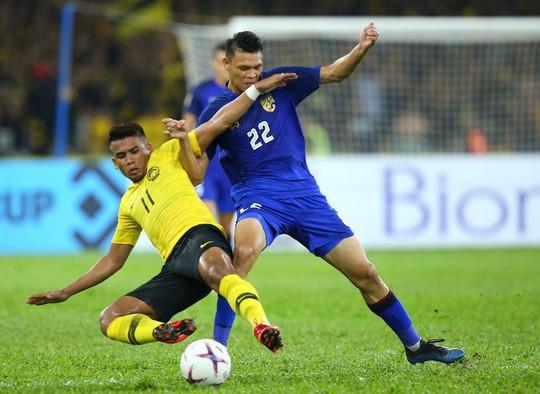 Clip: Vua phá lưới đá 11 m lên trời, Thái Lan mất vé chung kết cho Malaysia - Ảnh 2.