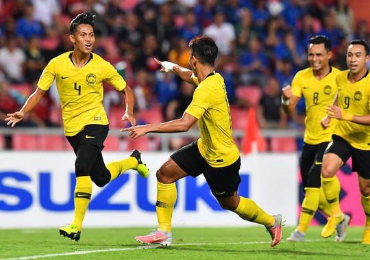 Clip: Vua phá lưới đá 11 m lên trời, Thái Lan mất vé chung kết cho Malaysia - Ảnh 4.