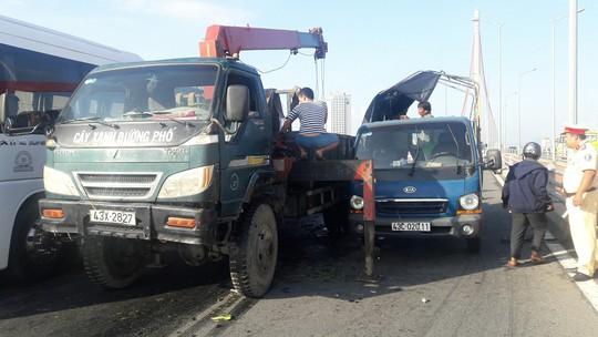 Lật xe tải trên cầu Trần Thị Lý, gây ách tắc giao thông cả giờ - Ảnh 1.