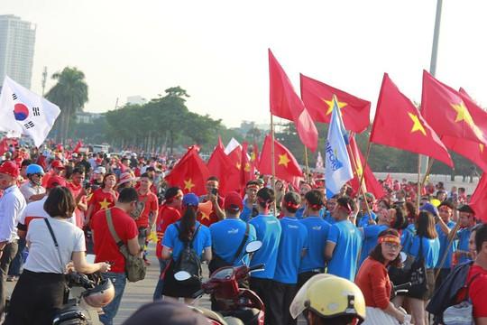 Sân Mỹ Đình nhuộm đỏ, nóng rực trước trận Việt Nam-Philippines - Ảnh 1.