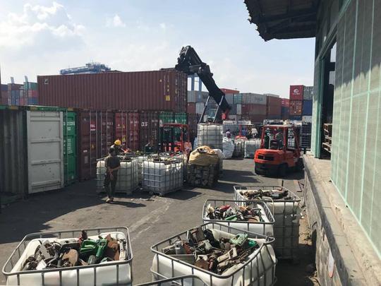 Phế liệu, rác thải công nghiệp ngụy trang trong 20 container máy móc - Ảnh 1.