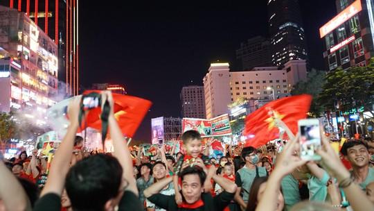 Người dân cả nước xuống đường mừng Việt Nam vào chung kết - Ảnh 10.