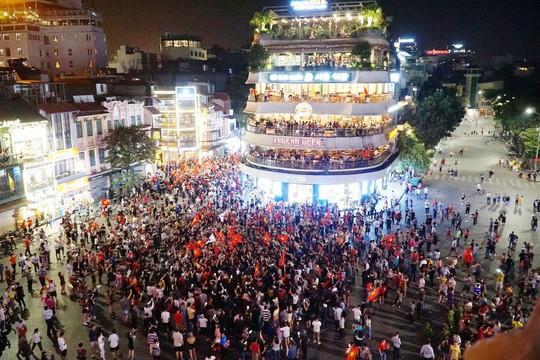 Người dân cả nước xuống đường mừng Việt Nam vào chung kết - Ảnh 2.