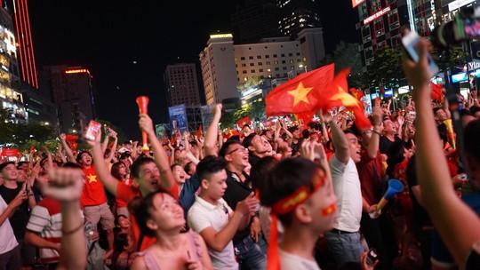 Người dân cả nước xuống đường mừng Việt Nam vào chung kết - Ảnh 11.