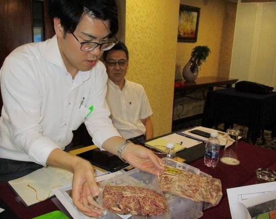 Nhật mang táo, thịt bò, tỏi đen giá cao ngất ngưởng đến Việt Nam - Ảnh 1.