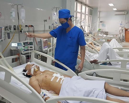 Sau hỗn chiến, chặn xe cứu thương không cho đưa nạn nhân vào viện - Ảnh 1.