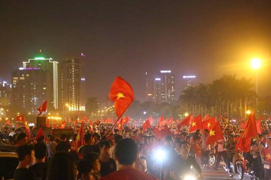 Người dân cả nước xuống đường mừng Việt Nam vào chung kết - Ảnh 6.