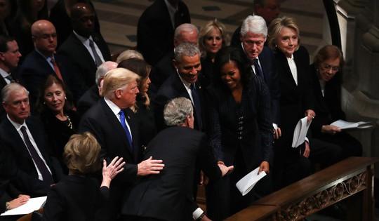 """Ông Bush """"lén"""" cho bà Michelle kẹo trong tang lễ cha - Ảnh 2."""