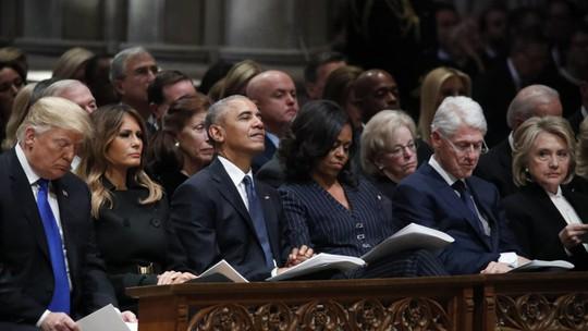 """Ông Bush """"lén"""" cho bà Michelle kẹo trong tang lễ cha - Ảnh 3."""