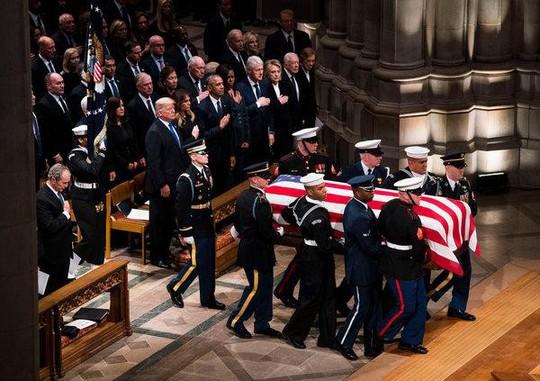 """Ông Bush """"lén"""" cho bà Michelle kẹo trong tang lễ cha - Ảnh 4."""
