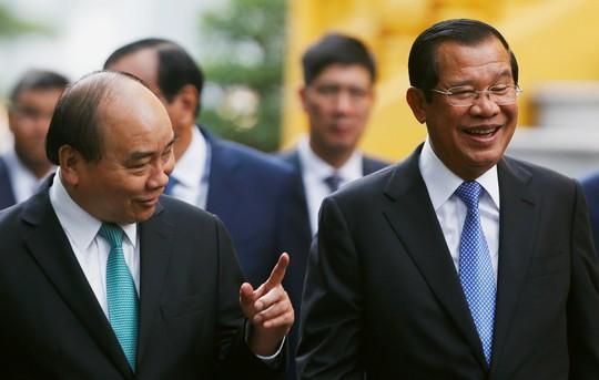 Cận cảnh Thủ tướng Nguyễn Xuân Phúc đón Thủ tướng Hun Sen - Ảnh 5.
