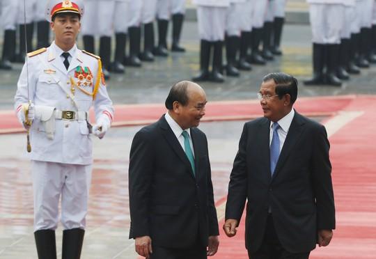 Cận cảnh Thủ tướng Nguyễn Xuân Phúc đón Thủ tướng Hun Sen - Ảnh 4.