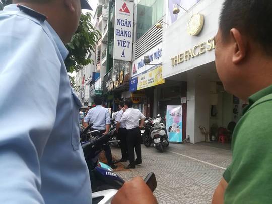 Dùng súng cướp ngân hàng táo tợn ở quận Bình Thạnh - Ảnh 2.