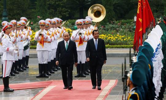 Cận cảnh Thủ tướng Nguyễn Xuân Phúc đón Thủ tướng Hun Sen - Ảnh 2.