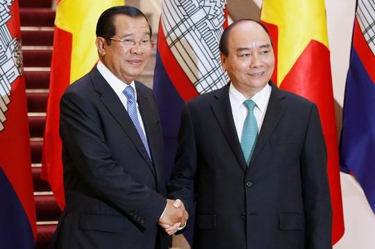 Cận cảnh Thủ tướng Nguyễn Xuân Phúc đón Thủ tướng Hun Sen - Ảnh 6.