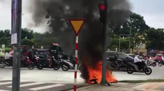 Xe tay ga bốc cháy dữ dội giữa trung tâm Đà Nẵng - Ảnh 2.