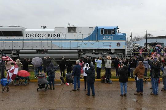 """Chuyến tàu đặc biệt đưa ông Bush """"cha"""" về nơi an nghỉ - Ảnh 6."""