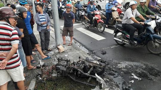 Xe tay ga bốc cháy dữ dội giữa trung tâm Đà Nẵng - Ảnh 1.