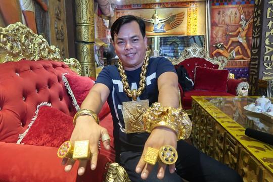 Đại gia Sài Gòn đeo 13 kg vàng từng bị cướp kéo lê giữa đường - Ảnh 1.