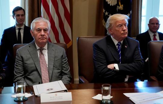 """Ông Trump chê cựu ngoại trưởng Mỹ """"đần độn"""" - Ảnh 1."""