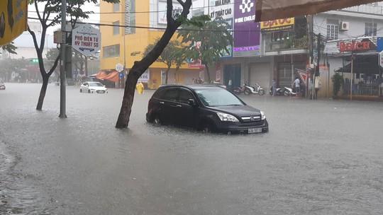 Đường phố Đà Nẵng biến thành sông sau trận mưa lớn kéo dài nhiều giờ - ảnh 1