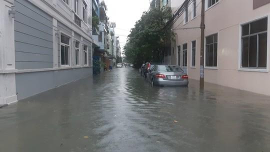 Đường phố Đà Nẵng biến thành sông sau trận mưa lớn kéo dài nhiều giờ - ảnh 2