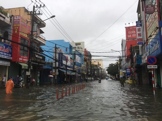 Quốc lộ, đường sắt qua Đà Nẵng bị tê liệt do ngập nặng - Ảnh 7.