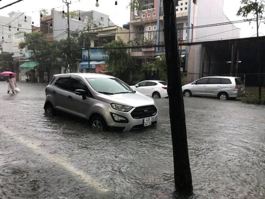 Đường phố Đà Nẵng biến thành sông sau trận mưa lớn kéo dài nhiều giờ - ảnh 3