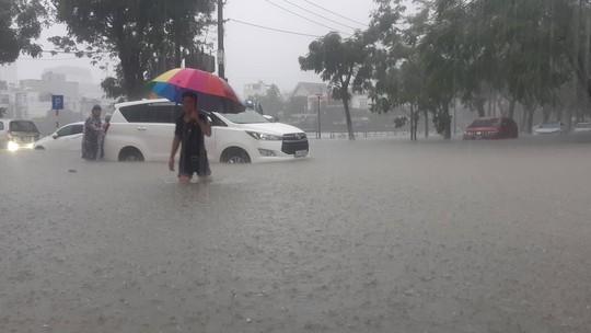 Đường phố Đà Nẵng biến thành sông sau trận mưa lớn kéo dài nhiều giờ - ảnh 4