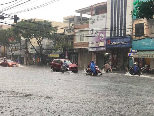 Đường phố Đà Nẵng biến thành sông sau trận mưa lớn kéo dài nhiều giờ - ảnh 5