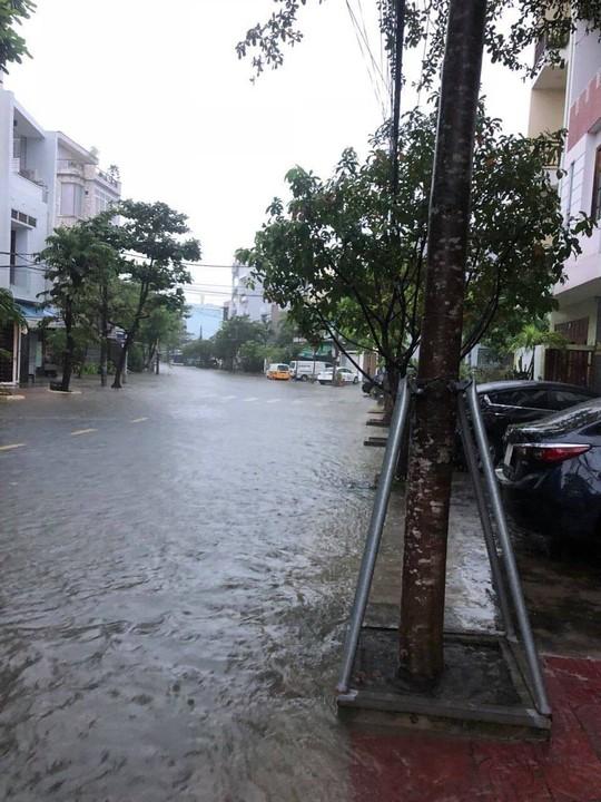 Đường phố Đà Nẵng biến thành sông sau trận mưa lớn kéo dài nhiều giờ - ảnh 6