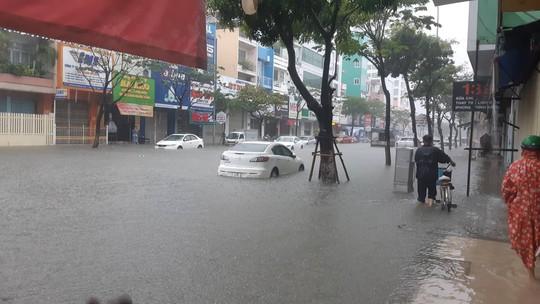 Đường phố Đà Nẵng biến thành sông sau trận mưa lớn kéo dài nhiều giờ - ảnh 7