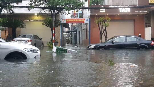 Đường phố Đà Nẵng biến thành sông sau trận mưa lớn kéo dài nhiều giờ - ảnh 8