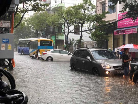 Đường phố Đà Nẵng biến thành sông sau trận mưa lớn kéo dài nhiều giờ - ảnh 9