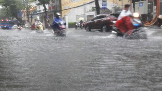Đường phố Đà Nẵng biến thành sông sau trận mưa lớn kéo dài nhiều giờ - ảnh 10