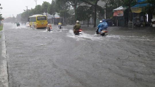 Đường phố Đà Nẵng biến thành sông sau trận mưa lớn kéo dài nhiều giờ - ảnh 11