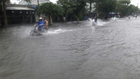 Đường phố Đà Nẵng biến thành sông sau trận mưa lớn kéo dài nhiều giờ - ảnh 12