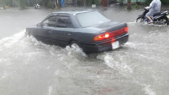 Đường phố Đà Nẵng biến thành sông sau trận mưa lớn kéo dài nhiều giờ - ảnh 13