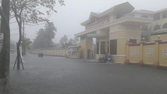 Đường phố Đà Nẵng biến thành sông sau trận mưa lớn kéo dài nhiều giờ - ảnh 14