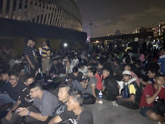 Cùng CĐV Malaysia trắng đêm chờ mua vé ở sân Bukit Jalil - Ảnh 3.