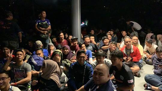 Cùng CĐV Malaysia trắng đêm chờ mua vé ở sân Bukit Jalil - Ảnh 2.