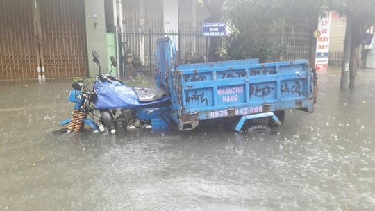 Đường phố Đà Nẵng biến thành sông sau trận mưa lớn kéo dài nhiều giờ - ảnh 15